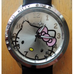 Montre Hello Kitty avec strass diametre 4cm bracelet noir simili cuir